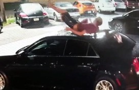 Chuyện thật như đùa: Rơi từ trên cao bẹp nóc xe hơi vẫn bật dậy chạy biến