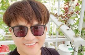 41 tuổi vẫn chưa lấy vợ, MC Đại Nghĩa trồng cả vườn rau xum xuê trên sân thượng để tự nuôi mình