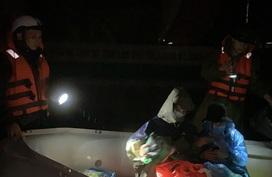 Hà Tĩnh: Theo chân đội cứu hộ cứu dân trong lũ dữ