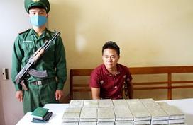 """Lớp """"vỏ bọc"""" khó tin của kẻ vận chuyển 41 bánh heroin bằng taxi"""