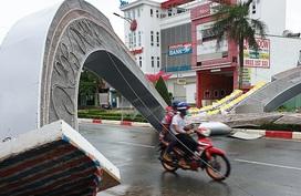 Gió giật sập hai cổng hoa cao 7 m