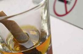 Uống rượu kèm hút thuốc đẩy nhanh suy thoái não bộ