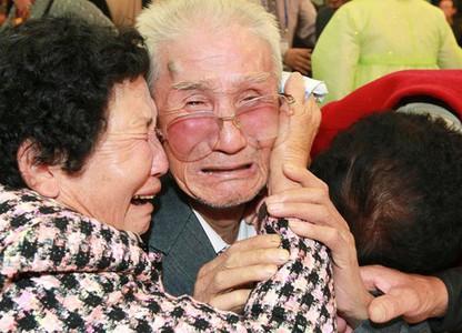 Đẫm nước mắt cảnh mẹ già chỉ mong gặp lại con trước khi chết trong cuộc đoàn tụ Hàn - Triều