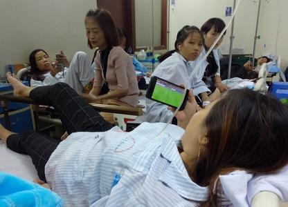 Những CĐV đặc biệt dù trên giường bệnh vẫn không quên cổ vũ cho đội tuyển Việt Nam
