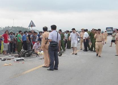 Hai trung úy cảnh sát bị kéo lê dưới gầm xe tải