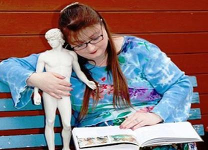 Cô gái yêu điên cuồng... bức tượng