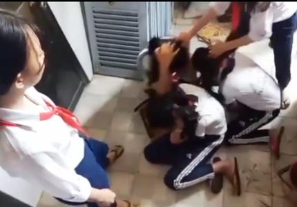"""Phê bình trước lớp và trường các học sinh đứng xem, quay clip nữ sinh lớp 9 đánh """"đàn em"""""""