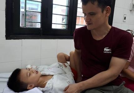 Xót xa cảnh vợ chồng mù lần mò chăm sóc con bị tai nạn