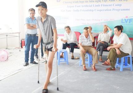 Ước mơ chân giả của cậu bé cụt chân vì ung thư xương thành hiện thực