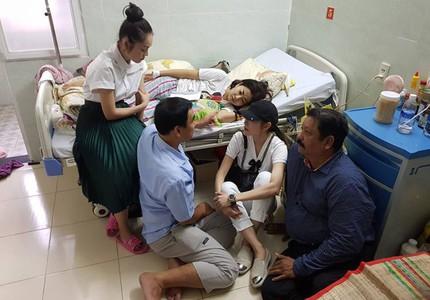 Xúc động cảnh Quyền Linh ngồi bệt xuống đất trò chuyện với Mai Phương