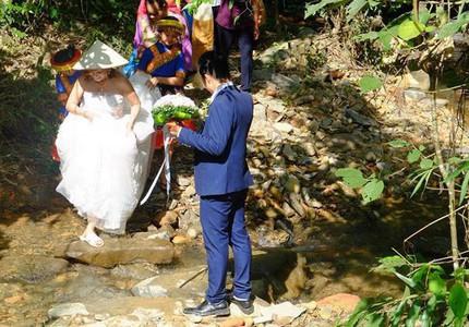 Hành trình gian nan trên đường về nhà chồng của cô dâu 61 tuổi