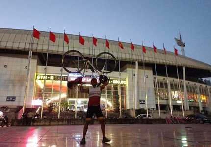 Fan cuồng Thái Lan: Đạp xe 1400km trong 7 ngày tới Hà Nội xem đại chiến Việt Nam - Thái Lan