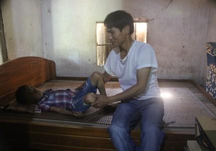 Đang chữa bệnh tan máu bẩm sinh lại phát hiện lách to, gan to, cháu bé nhà nghèo cần gấp 50 triệu để phẫu thuật