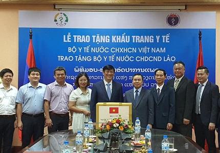 Bộ Y tế Việt Nam tặng Bộ Y tế Lào 200.000 khẩu trang y tế
