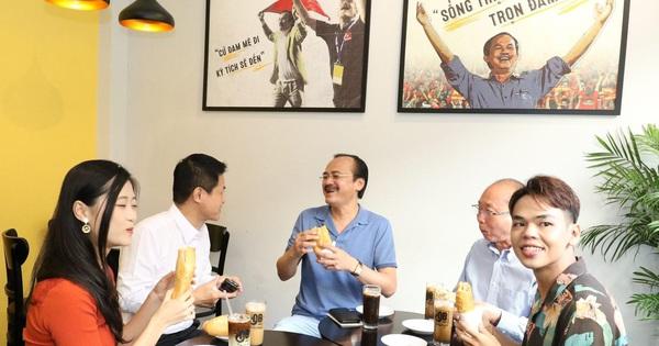 Ông Nguyễn Quốc Kỳ (ở giữa từ trái sang) - Tổng Giám đốc Công ty Du lịch Vietravel, ông Võ Quốc Thắng - Chủ tịch HĐQT Công ty CP Đồng Tâm và ông Kao Siêu Lực - Chủ Doanh nghiệp ABC Bakery thưởng thức cà phê, ăn bánh mì tại Cà phê Ông Bầu