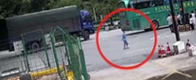 Bố mẹ bỏ quên con trai 9 tuổi ở trạm xăng