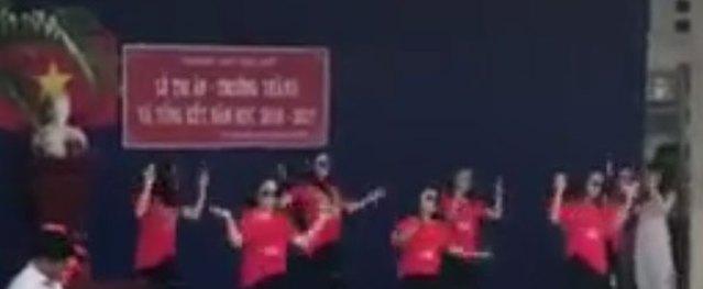 Cô giáo 9X lên sân khấu nhảy sôi động trong lễ tổng kết