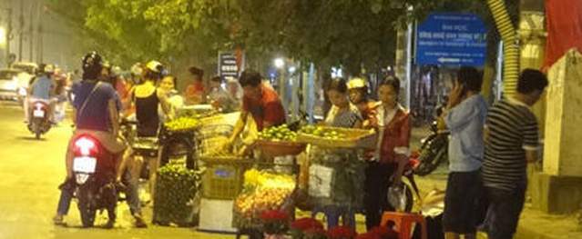 Người bán hàng rong ở Sài Gòn dùng dao đâm công an