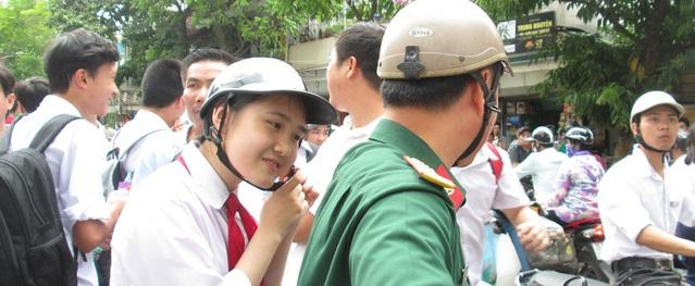 Thí sinh phấn khởi vì đề thi môn Văn vào lớp 10 ở Hà Nội năm học 2017-2018 không quá khó