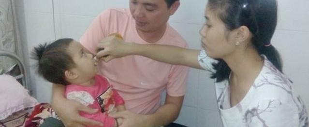 Con gái 16 tháng tuổi bị nhiễm trùng huyết vì... côn trùng đốt và nỗi xót xa bố mẹ nghèo vật lộn giành sự sống cho con