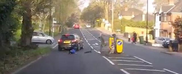 Bé trai thoát chết thần kỳ sau cú phóng xe scooter lao thẳng vào ôtô