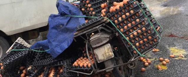 Xe chở hàng bị lật, hàng trăm quả trứng đổ ra đường