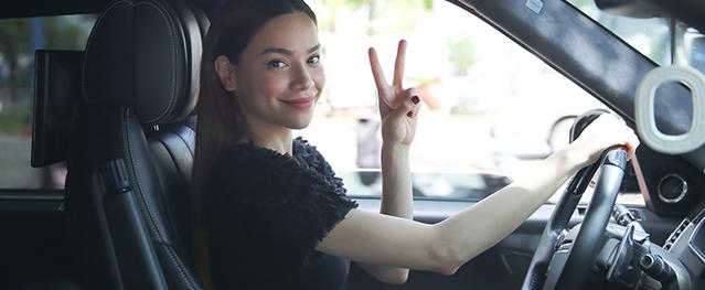 Hồ Ngọc Hà tự lái xe sang đến dự tiệc mừng thành công của liveshow