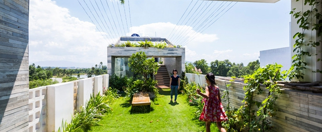 Căn nhà Đà Nẵng gây ngỡ ngàng vì có công viên tuyệt đẹp trên sân thượng và ngay giữa nhà