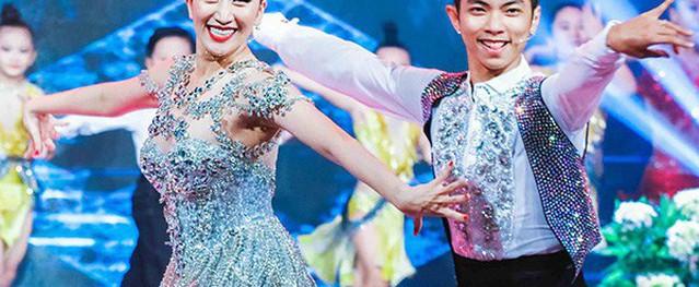 Khánh Thi mặc váy ngắn diễn cùng Phan Hiển