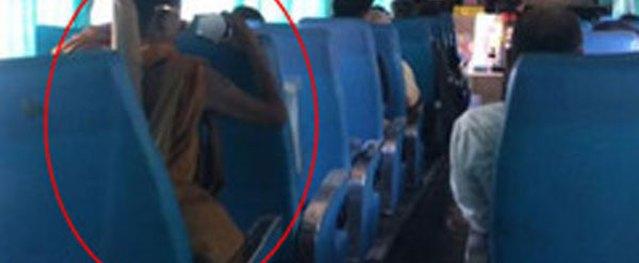 Cặp đôi ngang nhiên quan hệ trên xe bus