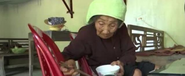 Xót xa cụ bà gần 90 tuổi mù lòa, cô đơn trong căn nhà xiêu vẹo