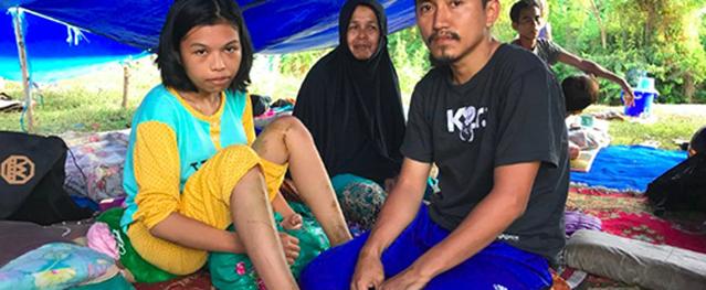 Đôi vợ chồng Indonesia bất lực nhìn con 10 tháng tuổi bị sóng thần cuốn khỏi tay
