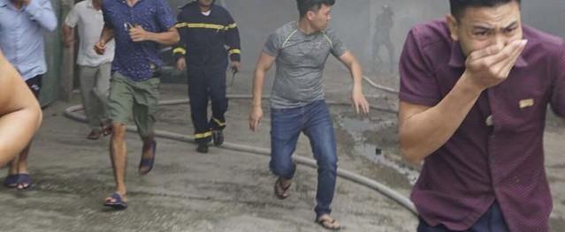 Cháy ngùn ngụt nhà kho hàng nghìn m2 cạnh bến xe Nước Ngầm