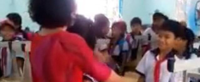 Rớt nước mắt cô trò ôm nhau chia tay sau buổi học