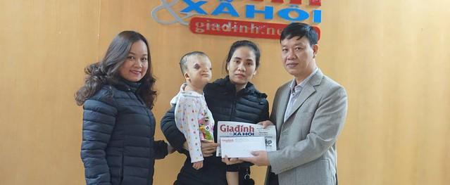 Báo Gia đình & Xã hội trao 31.383.000 đồng của độc giả cho bé gái có khuôn mặt bị biến dạng