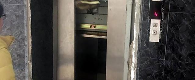 Hà Nội: Thang máy chung cư gặp sự cố 'nhốt' một phụ nữ bên trong gần 1 giờ đồng hồ