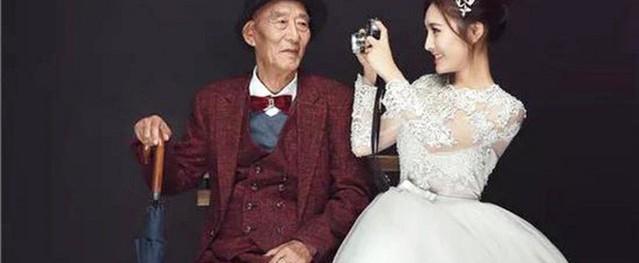 Thấy bức ảnh cô dâu xinh xắn với chú rể U90 chống gậy, ai cũng sốc nhưng sự thật phía sau ngọt ngào lắm