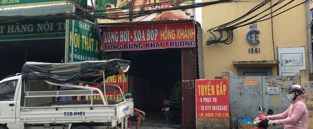 Bắt quả tang 2 cô gái đang kích dục cho khách khi tiến hành kiểm tra tiệm massage vùng ven Sài Gòn