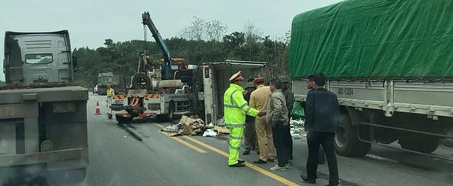 5 người la hét trong ô tô bẹp dúm trên cao tốc Hà Nội- Lào Cai