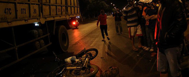 Người đàn ông ngã xuống đường sau tai nạn bị xe tải cán tử vong