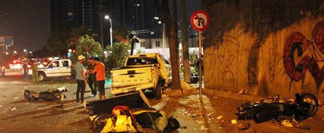 Ôtô tông loạt xe máy ở trung tâm Sài Gòn, 2 người chết