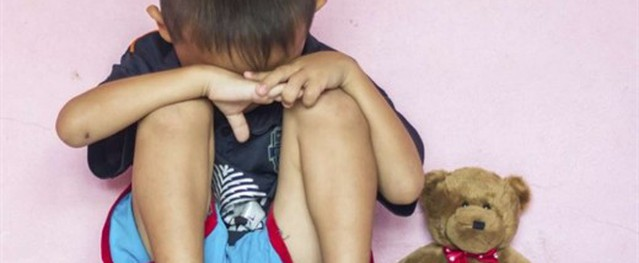 Bé trai 4 tuổi chết ngạt, cảnh sát nghi ngờ người cha đã nhốt con qua đêm trong tủ kệ TV