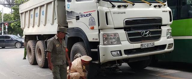 Va chạm với xe ben, cụ ông bị bánh xe cán qua người tử vong ở Sài Gòn