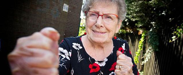 Cụ bà 93 tuổi đối đầu hai tên cướp giật ở Anh