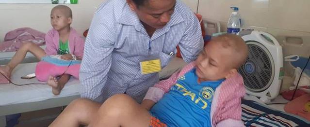 Chỉ sau cơn đau đầu, cậu bé 12 tuổi mắt mờ dần vì u não