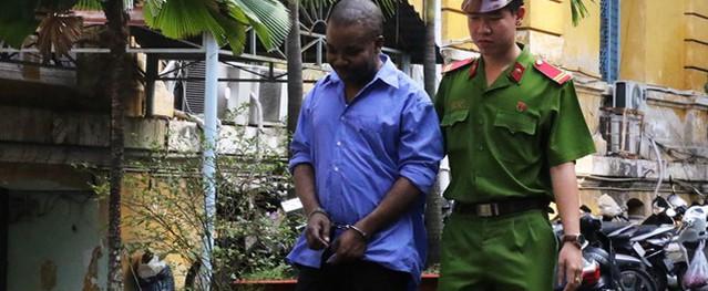 Người đàn ông ngoại quốc lĩnh 18 tháng tù vì rút tiền phi pháp