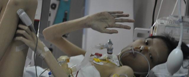 Mẹ nghèo nhói lòng nhìn con bị mô bào phổi 5 năm trời không đầu hàng số phận