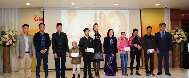 Báo Gia đình & Xã Hội trao 75 triệu đồng cho 5 gia đình có hoàn cảnh khó khăn trước thềm năm mới
