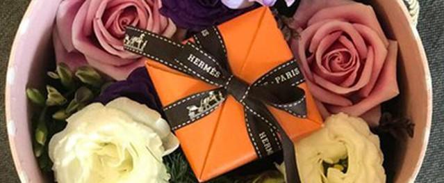 Bó hoa kèm kim cương giá 90 triệu đồng ngày Valentine