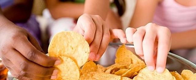 Những hệ lụy khủng khiếp nếu cho trẻ ăn quá nhiều bim bim